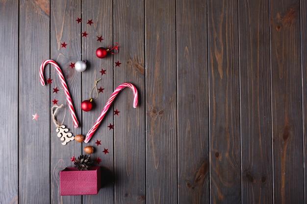 クリスマスのお菓子とテキストのための場所。新年プレゼントボックスとその他の細部のうそ 無料写真