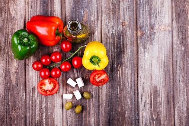 新鮮な野菜やその他の食べ物イタリアの夕食のための準備 無料写真