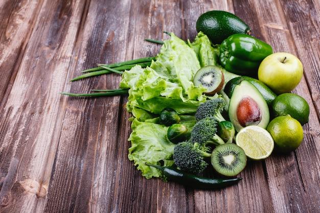 新鮮な野菜、果物、そして緑。健康的な生活と食べ物。 無料写真