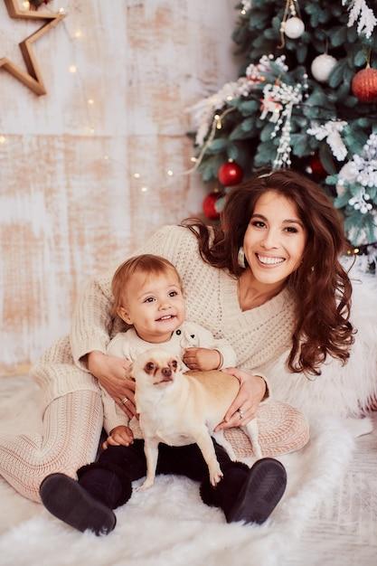 Зимние праздничные украшения. теплые цвета. семейный портрет. прелестная мама дочери Бесплатные Фотографии