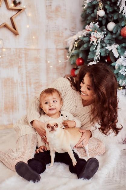 冬の休日の装飾暖色系です。家族写真。愛らしいママと娘 無料写真