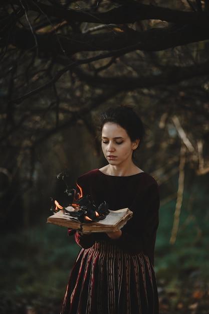 秋の雰囲気ゴシック様式濃い赤の布でブルネットの女性 無料写真