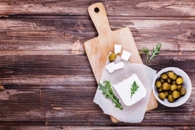 Свежая и полезная еда. вкусный итальянский ужин. свежий сыр подается на деревянной доске Бесплатные Фотографии