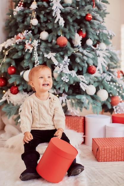 冬の休日の装飾暖色系です。美しい少女がプレゼントボックスで遊ぶ 無料写真
