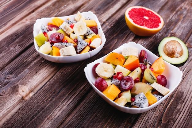 新鮮でおいしい、そして健康的な食事。ランチや朝食のアイデア。ドラゴンフルーツ、グレープ、アップルのサラダ 無料写真