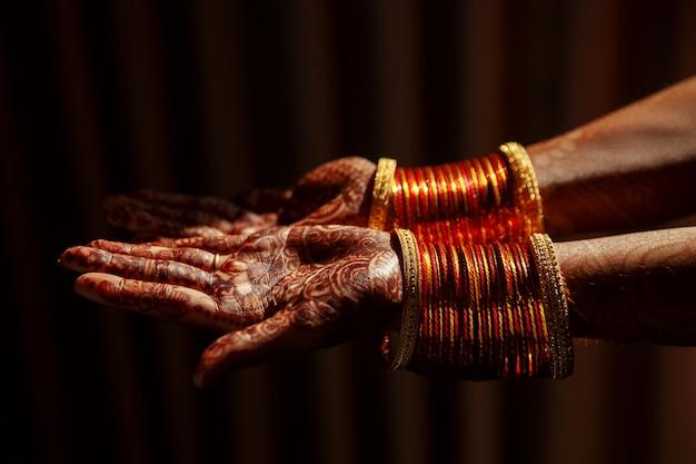 ヘナタトゥーで覆われているヒンズー教の花嫁の手のクローズアップ 無料写真