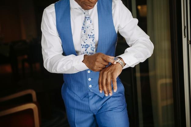 青いスーツでハンサムなアフリカ系アメリカ人の男は結婚式の準備をします 無料写真