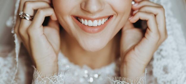 完璧な肌を持つ魅力的な花嫁は彼女のイヤリングの入札に触れます 無料写真