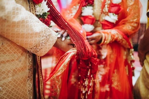 伝統的なヒンドゥー教の結婚式中にココナッツの葉で儀式 無料写真