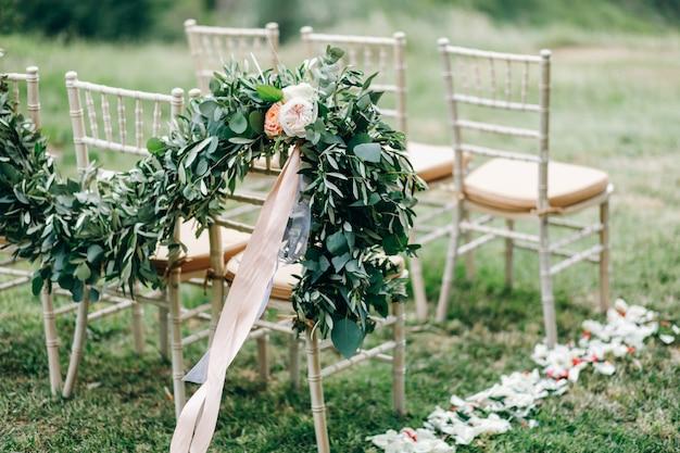 緑のユーカリとピンクの花の花輪は私たちを飾る 無料写真