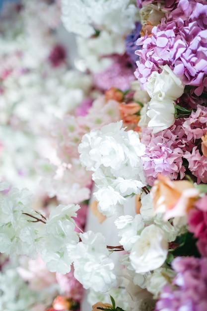 Много красивых цветов для украшения ресторана Бесплатные Фотографии
