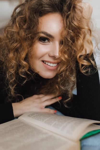美しい赤毛の少女は本を読みます 無料写真