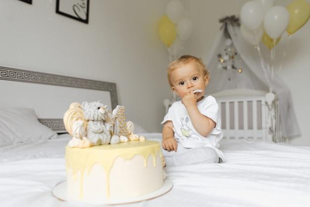 Годовалый мальчик дегустирует праздничный торт в свой день рождения Бесплатные Фотографии
