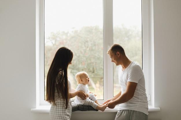ママとパパは彼らの幼い息子と遊ぶ 無料写真