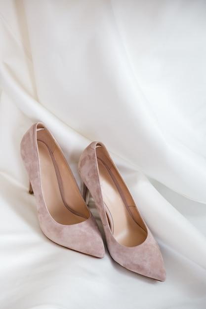 Красивые каблуки на кровати Бесплатные Фотографии