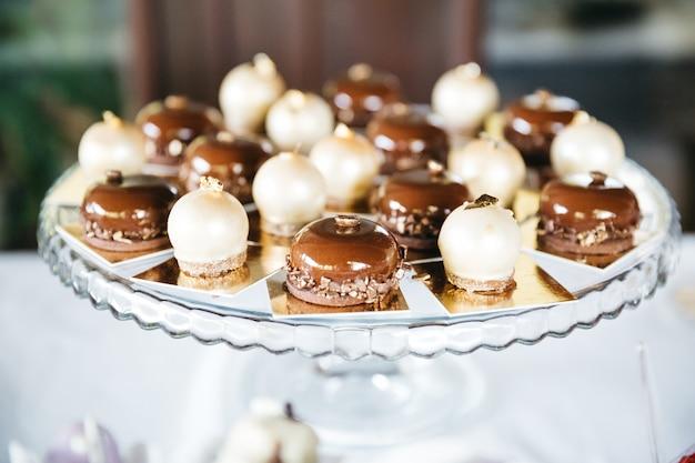 テーブルデコレーションのための甘いキャラメルキャンディー 無料写真