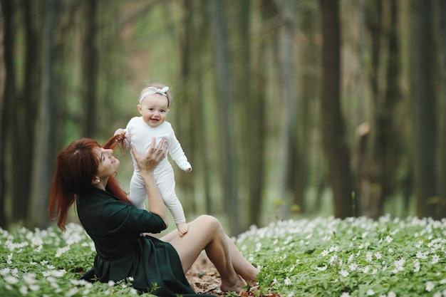 幸せなママと彼女の小さな女の子はお互いに幸せです 無料写真
