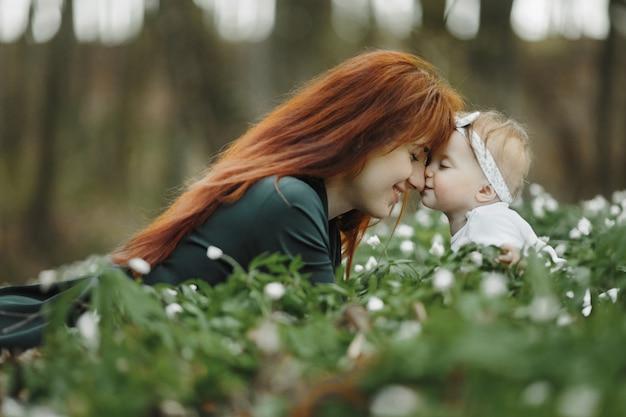 Мама счастлива со своей маленькой дочерью Бесплатные Фотографии