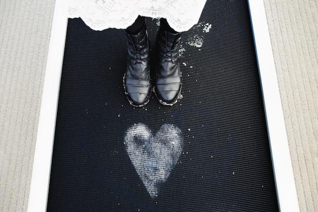 Девушка стоит возле нарисованного сердца на полу Бесплатные Фотографии