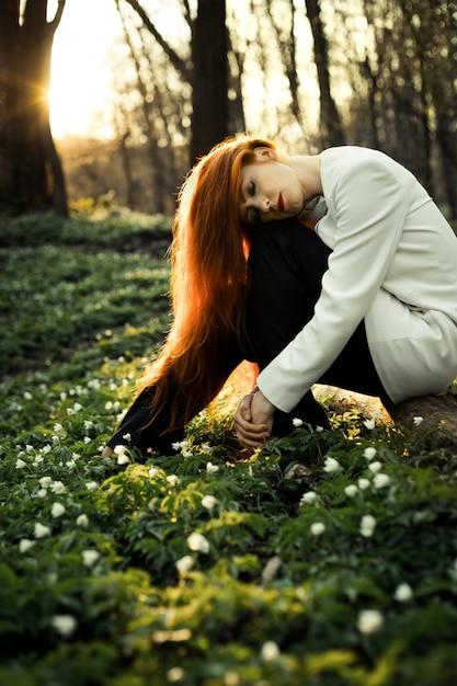 Красивая девушка позирует для фото на закате Бесплатные Фотографии