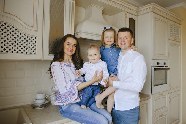 Счастливая семья с двумя детьми на кухне Бесплатные Фотографии