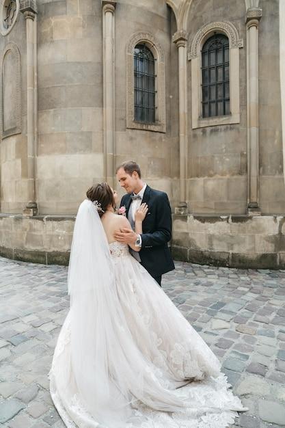 Счастливые невесты обнимают день свадьбы Бесплатные Фотографии