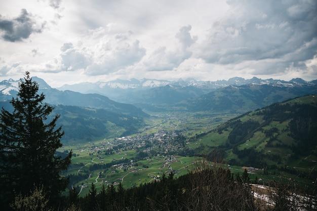 Очаровательная швейцарская деревня сверху вид Бесплатные Фотографии