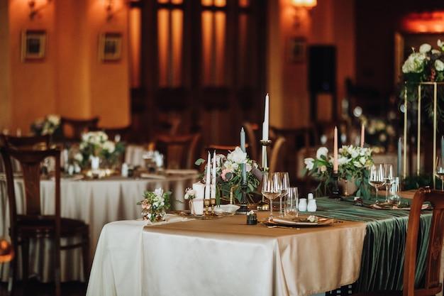 ビンテージスタイルの結婚式のテーブルを提供 無料写真