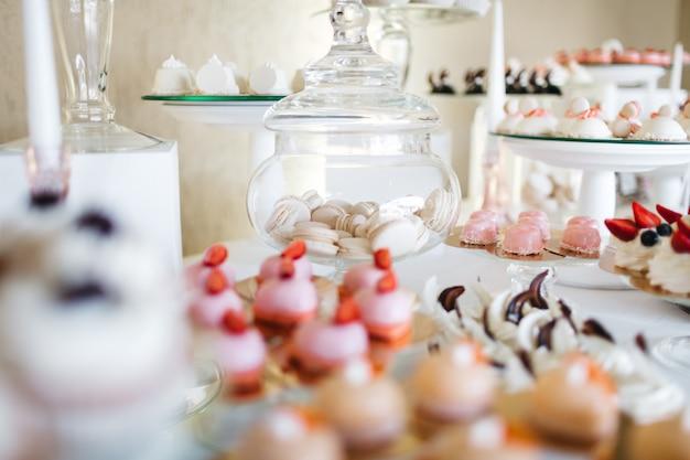 お祝いテーブルの上の美しいお菓子 無料写真