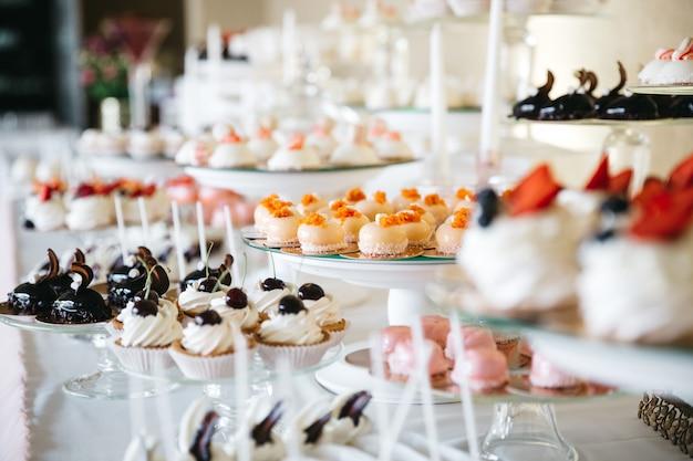 テーブルの上のおいしい甘いお菓子 無料写真