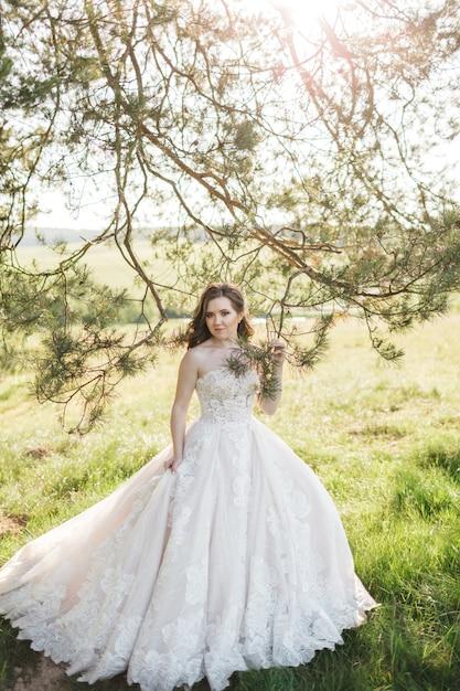 木の近くの美しい花嫁 無料写真