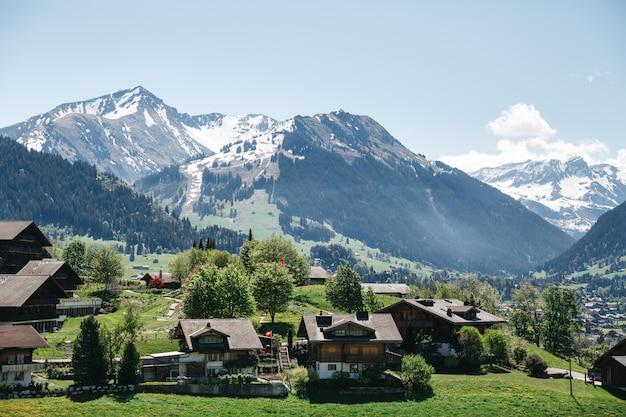 Швейцарская деревня на красивых горах, австрия Бесплатные Фотографии
