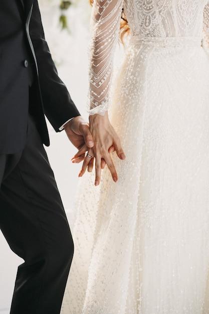 結婚式のカップルが手をつないで 無料写真