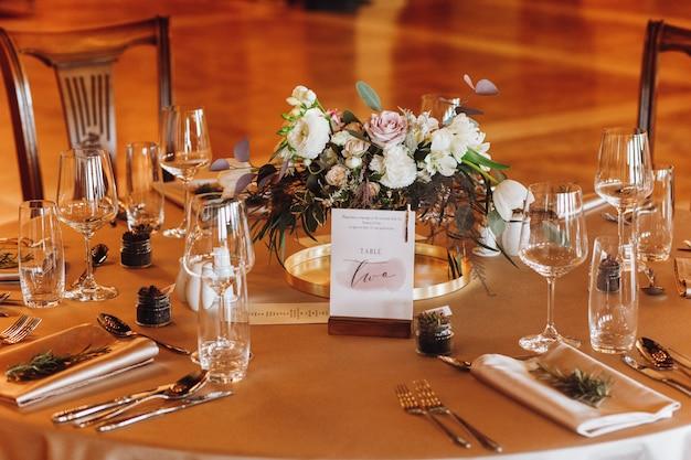 新婚夫婦の結婚式のテーブル 無料写真