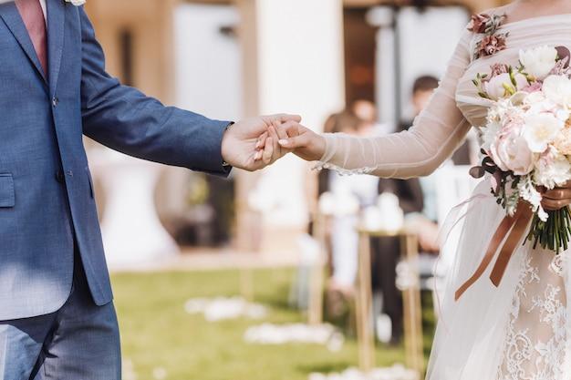 美しい結婚式のカップルを持っている手 無料写真