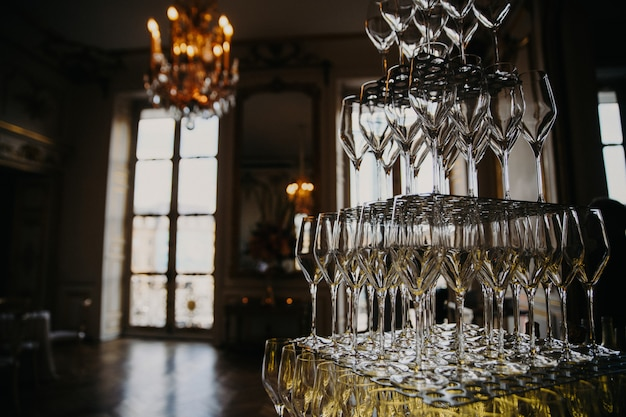 シャンパン付きレイヤードグラス 無料写真