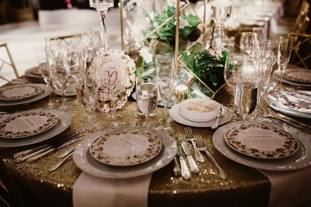 結婚式の夜に結婚式のテーブルセッティング 無料写真