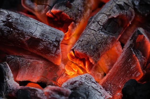 炭が燃えている Premium写真