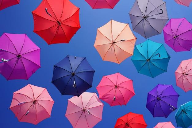 Разноцветные зонтики с голубым небом Premium Фотографии