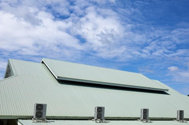 屋根の空気圧縮機ユニット Premium写真
