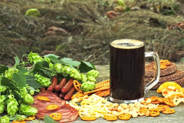 オクトーバーフェスト。ビールのグラスとビールの軽食。 Premium写真
