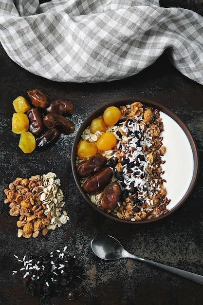 Чаша для завтрака с греческим йогуртом, овсянкой, мюсли и сухофруктами. Premium Фотографии