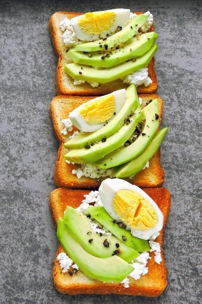 Творожный тост с авокадо и яйцом. кето диета. кето перекус или завтрак. Premium Фотографии