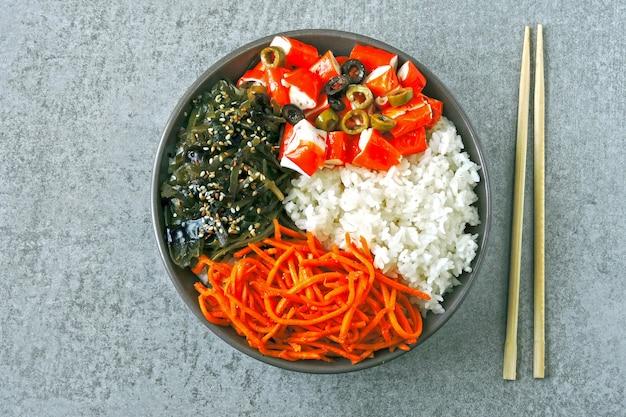 カニ肉ポークボウル。カラフルな健康食品の様式化されたフラットレイアウト。 Premium写真