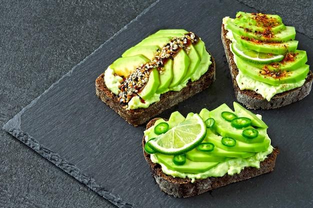 Здоровый тост с авокадо. кето диета. кето тосты Premium Фотографии