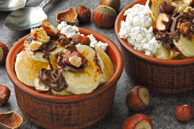 Здоровый завтрак или полдник с творогом, бананом и шоколадно-ореховой пастой. кето диета. кето десерт. Premium Фотографии