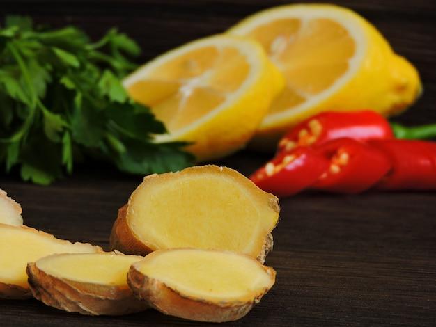 Петрушка лимонная и чили. Premium Фотографии