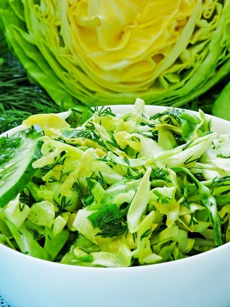 若いキャベツ、キュウリ、緑の新鮮な緑のベジタリアンサラダ Premium写真