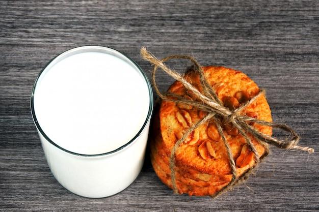 ピーナッツと新鮮な牛乳のガラスと自家製シュガークッキー。 Premium写真
