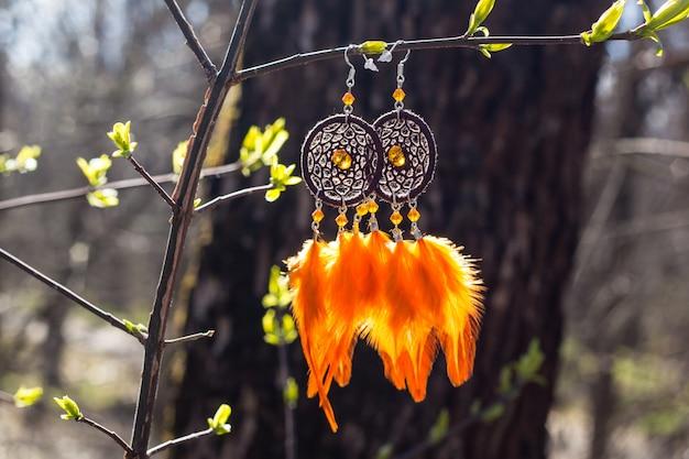 羽付き手作りドリームキャッチャーのイヤリング Premium写真